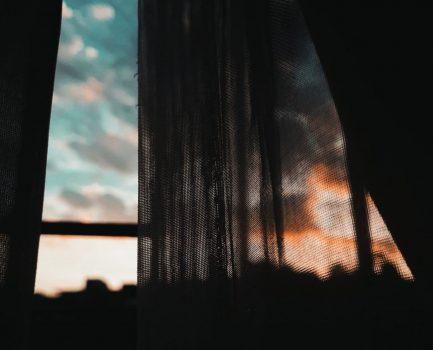 مختلفون على النافذة – عمر عمارة